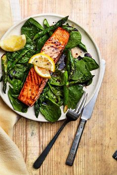 Khloe Kardashian's nutritionist shares a delicious, not-boring salmon dinner recipe with maple glaze and lots of greens. Salmon Recipes, Seafood Recipes, Dinner Recipes, Lemon Salmon, Healthiest Seafood, Salmon Dinner, Healthy Grilling, Eat Smart, Khloe Kardashian