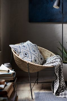 Patterned cushion cover: Cushion cover in a sturdy, patterned cotton weave with a solid colour back and concealed zip.
