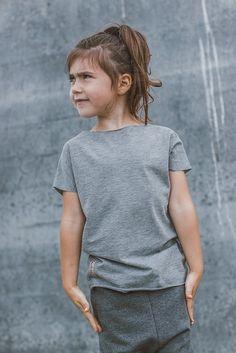 T-SHIRT KIDS bawełniana koszulka z krótkim rękawem dekolt w kształcie łódki surowe wykończenie na plecach charakterystyczny szew zewnętrzny rękaw krótszy niż w klasycznych koszulkach tego typu produkt unisex kolor: szary skład: 90% bawełna 10% elastan ...