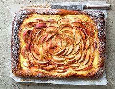 Omenat ja rahka toimivat aina pullan päällä. Koristele rahkapiirakka tomusokerilla ja nauti kahvi- tai teekupillisen kanssa. Sweet Pastries, Apple Pie, Baking, Desserts, Sweets, Apple Cobbler, Deserts, Bakken, Apple Pies