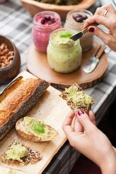 Tartinade de noix, avocat et basilic - Par Rutabaga  Ingrédients :  1 tasse d'amandes 2 avocats mûrs ½ tasse de basilic frais 1½ c. à thé de miel Le jus d'un citron pressé Sel et poivre