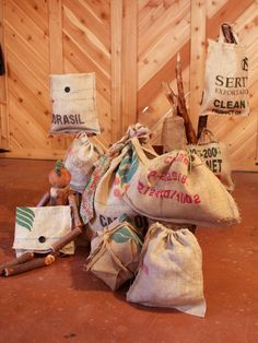 Repurpose burlap coffee bags to create rustic gift totes that can be used again and again. Burlap Coffee Bags, Coffee Bean Bags, Burlap Gift Bags, Coffee Sacks, Burlap Sacks, Jute Bags, Coffee Beans, Hessian Crafts, Diy Gifts
