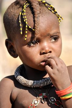 Erg verlegen Himba meisje. (gemaakt in Damaraland)