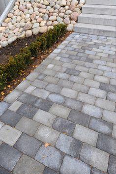 Lägg en vacker trädgårdsgång med marksten i betong och dekorera med kullersten. Här använt Labyrint Mini och Kullersten, 800 kg. #kullersten #betongsten