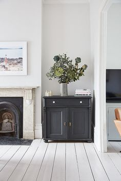 Dark grey cabinet in a white room – how to create a focal point - Decoration, Room Decoration, Decoration Appartement, Home Decor, Bedroom Decor Decor, Living Furniture, Home, Living Room Diy, White Floorboards, Grey Cabinets, Grey Painted Furniture, Grey Flooring, Victorian Homes