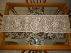 Caminho de mesa em crochê filé, Trevo de quatro folhas.  Feito com barbante finíssimo, especial para toalhas de mesa, confere um trabalho fino e delicado, 100% algodão, na cor Crú. 1,50 m de comprimento x 0,32 m de largura R$ 120,00