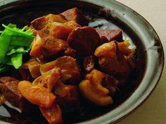 土井 善晴さんの豚肩ロース肉を使った「煮豚」のレシピページです。肉が縮まないように柔らかく煮上げるコツは火加減。静かに丁寧に煮込みます。調味料のざらめ糖とたまりじょうゆでコクを出して。 材料: 豚肩ロース肉、にんにく、しょうが、ねぎ、A、ざらめ糖、たまりじょうゆ、絹さや、サラダ油、塩