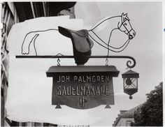 One of Palmgrens first signs outside of the store at Sibyllegatan 17. The picture is taken sometime around 1910.