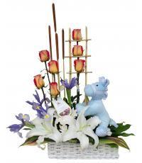 Pony Blue:  Cesta blanca con Rosas, Lilium y margaritas, decorado con escalera de Cañitas y tierno pony ideal para el recién nacido.  Expresa tu felicidad con los exclusivos arreglos de flores de la florería Pétalos y Hojas