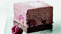 Superlækker dessert, hvor der er brugt hindbær i chokolademoussen. Bærpuréen, som du sigter og blander i moussen, giver chokoladen en frugttig, sød og syrlig smag, der tilfører desserten helt nye og andre smagsindtryk. Og så ser det smukt ud med de hele røde bær, når du serverer et stykke Just Cakes, Happy Foods, Mousse, Delicious Desserts, Sweet Treats, Deserts, Sweets, Candy, Snacks