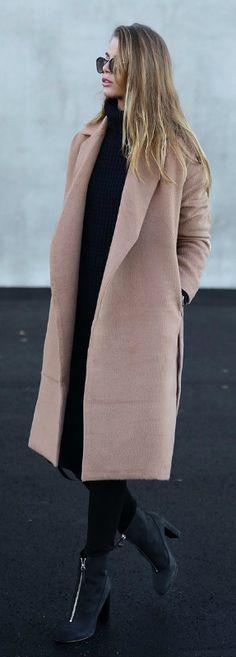 Josefin Ekström breaks up an all black outfit with a gorgeous neutral coloured coat from Bubbleroom.   Coat: Bubbleroom, Shoes: Henry Kole.
