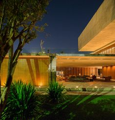 Casa P / Studio MK27 - Marcio Kogan + Lair Reis #facade #lighting #yard #garden #green