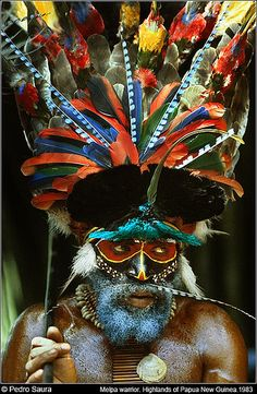"""Melpa Warrior"" ~ by Pedro Saura ~ Cannibalism and Head Hunting are still happening in remote areas of Papua New Guinea. ~ Baiyer River, Western Highlands, Papua New Guinea ~ Mik's Pics ""People ll"" board We Are The World, People Around The World, Around The Worlds, Cultures Du Monde, World Cultures, Foto Face, Papua Nova Guiné, Tribal Face, Foto Portrait"