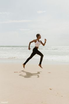 Black woman running at the beach Running Pose, Couple Running, Running On The Beach, Running Club, Girl Running, Running Humor, Black Girls Run, Black Women, Cross Country