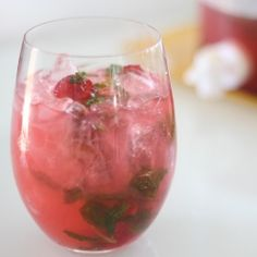 Enjoy hot summer days with this refreshing Raspberry Mojito drink!