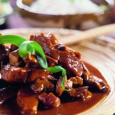 Haal het vlees uit de marinade. Roer de tomatenpuree door de achtergebleven marinade. Verhit 4 eetlepels olie in een koekenpan en bak het vlees snel steeds roerend gedurende 4 minuten. Doe de marinade bij het vlees en temper de hittebron. Voeg bij gebruik van zeer mager vlees eventueel een scheutje water toe. Leg een deksel op de pan. Laat het vlees heel langzaam, gedurende een minuut of 30, gaar sudderen. Eet bij dit gerecht bijvoorbeeld witte of gele rijst en zoetzure groenten (atjar…