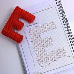 Crochet love ~ E Crochet Alphabet Letters, Crochet Letters Pattern, Bunting Pattern, Crochet Bunting, Crochet Bows, Letter Patterns, Cross Stitch Alphabet, Love Crochet, Crochet Diagram