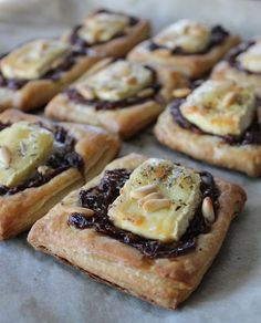Um this is amazing. Balsamic caramelized onions, brie, puff pastry and pine nuts! Aperitivos Finger Food, Vegetarian Recipes, Cooking Recipes, Food Porn, Good Food, Yummy Food, Snacks, Quiches, Cooking Time