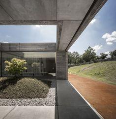 Caixa de concreto se integra à natureza (Foto: Fernando Guerra / divulgação)