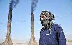 In una fabbrica di mattoni a Jalalabad, in Afghanistan. (Noorollah Shirzada, Afp)