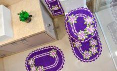 Material Utilizado: 2 novelos de Barroco Maxcolor – cor: 6290. 1 novelo de Barroco Multicolor - cores: 9587, 9392. Agulha Círculo para crochê 4,00 mm. 1 Cola Universal. 1 argola de madeira medindo 7 cm de diâmetro. 13 pérolas grandes. Veja outras receitas sobre Jogos de Banheiro de
