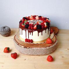 Еще один сегодняшний красавчик Ягодный не только снаружи, но и внутри #foodbookcake