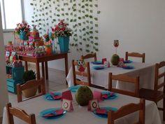 Troquei as flores no centro da mesa por coco verde e totens feito de corujas de papel! Cartão de agradecimento para cada convidado da festa!