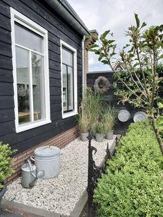 Zwart houten planken gevel woning Home And Garden, House Front Door, Outdoor Space, Cottage Garden, House Front, Backyard Beach, Beach Cottages, Outdoor Deco, Exterior