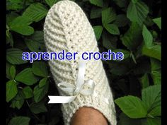 Edinir-Croche ensina pantufas mollet bege - parte Aprender Croche com pantufas mollett bege parte Pantufas ou Sapatinhos em croche mollet bege parte Knitted Booties, Crochet Boots, Knitted Slippers, Crochet Baby Booties, Crochet Clothes, Knit Crochet, Crochet Stitches, Crochet Patterns, Beginner Crochet Projects