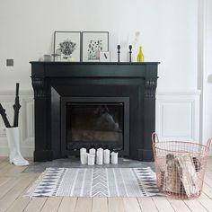 Robe en noir mat pour cette cheminée relookée en un coup de pinceau Black Fireplace Mantels, Paint Fireplace, Bedroom Fireplace, Fireplace Remodel, Fireplace Surrounds, Fireplace Design, Fireplace Ideas, Fireplace Decorations, Fireplace Hearth