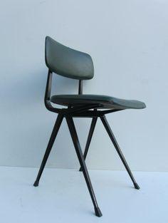 Top 3 woonspullen op zondag | nummer 2 Een prachtige #vintage #stoel ontworpen door Friso #Kramer! Deze stijlvolle groen-blauwe Result Stoel staat op 2!