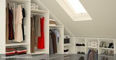 Begehbarer Kleiderschrank unter der Schräge, passgenau in das Dachgeschoss eingepasst. Mehr Ideen zum begehbaren Kleiderschrank: https://www.meine-moebelmanufaktur.de/schraenke/begehbarer-kleiderschrank-nach-mass/