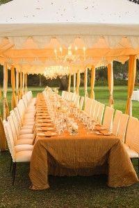 Uma grande mesa retangular para acomodar todos os convidados funciona bem para festas pequenas!
