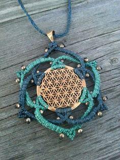 Mundo Makramee....necklace brass macrame flower of life Die Blume des Lebens gilt als symbolische Darstellung für kosmische Ordnung und das wiederkehrende Leben. Ihre harmonisierende Wirkung wird insbesondere von hochsensiblen Menschen unmittelbar...