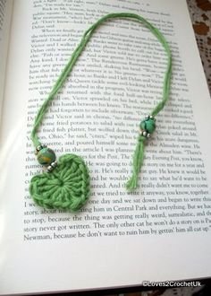 Green Crocheted Heart and Bead Bookmark ༺✿ƬⱤღ http://www.pinterest.com/teretegui/✿༻