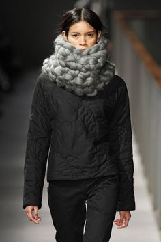 Stunning chunky wool snood by Miriam Ponsa SHERPA Collection FW14/15 modelled by Juana Burga. 080 Barcelona fashion Week