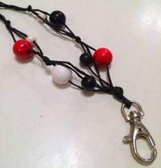 Joulukalenterin 1. luukku - DIY Kerrostettu avainnauha - Punatukka ja kaksi karhua Embellishments, Diy And Crafts, Helmet, Hair Accessories, Beads, Metal, Gifts, Lanyards, Jewellery