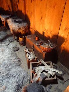 Islande- 5) ERIK LE ROUGE: Parti entre 985 et 988 avec une flotte d'une 30° de bateaux viking, il s'installe à Eystribygo entre le cap Farewell et le cercle polaire. Les 1° colons sont au nombre de 450 .Plus tard, leur nombre s'élève peut-être à 5.000, répartis en 2 établissements situés tous 2 au fond de fjords de la côte S.O (sur les emplacements des villes actuelles de Nuuk et Qaqortoq). Erik reste païen, mais sa femme Tjodhildr se convertit au christianisme en même temps que la colonie…