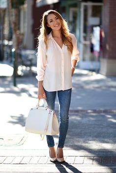 Tenue: Chemise de ville en soie blanche, Jean skinny bleu, Escarpins en cuir beiges, Sac fourre-tout en cuir blanc