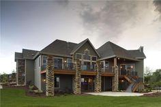 Mi casa es muy grande. Mi casa es de ladrillo. Mi casa es de color café. Mi casa es dos pisos. Las puertas son de madera.