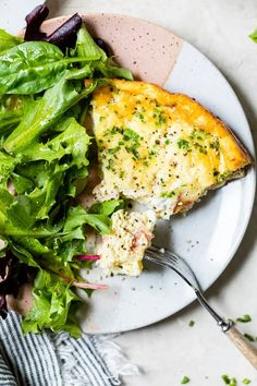 This easy Crustless Quiche Lorraine with bacon and Gruyere is a lighter take on the classic, made lighter without the crust. #quiche Skinny Recipes, Ww Recipes, Light Recipes, Brunch Recipes, Cooking Recipes, Healthy Recipes, Skinnytaste Recipes, Recipies, Crustless Quiche Lorraine