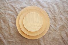 クリスマスツリーのモミの木のお皿です。珍しい木材ですので、モミの木の皿はなかなか販売されていません。大人なクリスマスプレゼントとして、いかがですか?*ハンドメ...|ハンドメイド、手作り、手仕事品の通販・販売・購入ならCreema。
