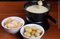 Fondue de queijos suiços  Fondue de queijos suíços (Raclette, Appenzeller e Emmental), acompanhado de pães e mini batatas cozidas