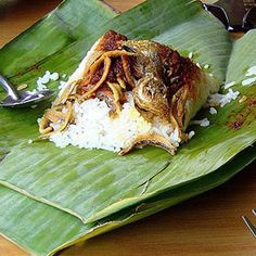 Banana leaves are used for cooking, wrapping and food serving in a wide range of cuisines in tropical and subtropical Africa. Banana Leaf Rice, Banana Leaves, Food Out, Good Food, Japanese Breakfast Traditional, Breakfast Around The World, Nasi Lemak, Food Places, Cafe Food