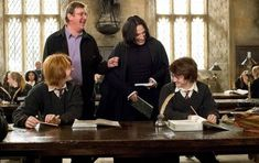 Harry Potter and the Goblet of Fire. Rupert Grint, Daniel Radcliffe, Alan Rickman, Mike Newell prove that Harry and Snape actually can get along. Daniel Radcliffe Harry Potter, Alan Rickman, Saga Harry Potter, Harry Potter Movies, Harry Potter Interviews, Harry Potter Icons, Lily Potter, Severus Rogue, Severus Snape