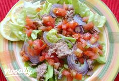 Pikáns tonhalsaláta   Nosalty Cobb Salad, Cabbage, Bacon, Clean Eating, Mexican, Favorite Recipes, Meals, Vegetables, Cooking