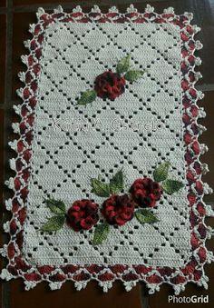 Jogo de cozinha em crochê com aplicação em flores, pode ser feito em qualquer cor, confeccionado com fio 100% algodão!  Tapete maior com 1,40mts e os dois menores com 70cm de comprimento!