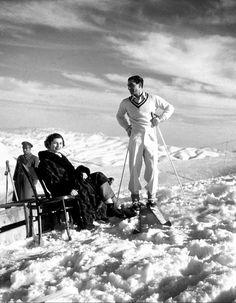 Шах Ирана катается на лыжах в горах северной части своей страны 1952 год