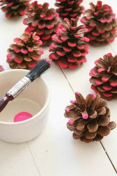 bricolage de noel facile, bords de pomme de pin trempés dans une peinture