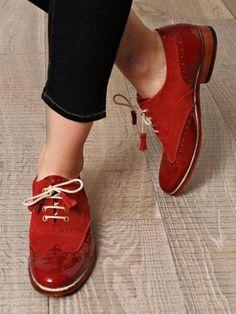 Entre mis recuerdos de pequeña estaban aquellos zapatos richelieude piel marrón con cordones que mi padre tenía para vestir. Pero lo que más me llamaba la atención de ellos eran los agujeritos y l…